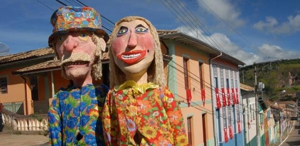 bonecos-gigantes-dos-personagens-maria-angu-e-joao-paulino-figuras-marcantes-do-carnaval-de-sao-luiz-do-paraitinga-1377618366071_615x300
